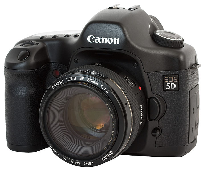 Canon EOS 5D - Photo by Charles Lanteigne / CC-BY-SA-3.0